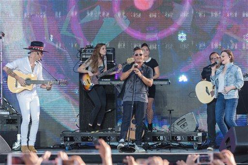 De izquierda a derecha, Jesse Huerta, Alejandro Sanz y Joy Huerta cantan en el concierto RiseUp As One en la terminal aeroportuaria Cross Border Xpress el sábado 15 de octubre de 2016, en San Diego. (Foto por Alan Hess/Invision/AP)
