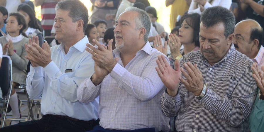 Participa Montes-Piña en entrega de camiones escolares